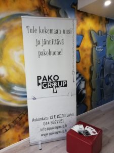 Pako Group Roll up juliste, pakohuoneen aulassa