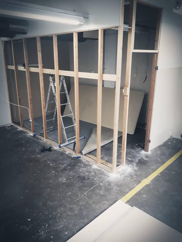 pakohuoneen rakennusprojekti, pako group. Seinän purkua