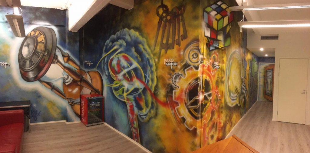 Pakohuoneen aula, graffitit seinällä, avaimia, lukkoja, ja muita pakohuone aiheisia kuvioita, Pako Group