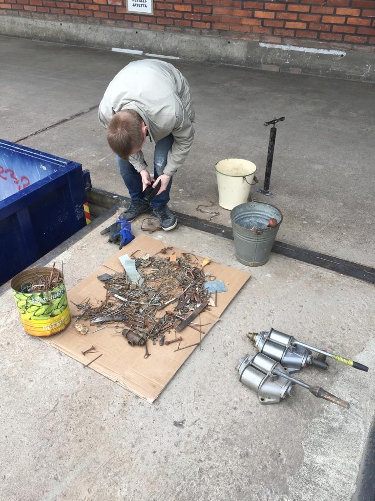 Aarteiden etsintää metalliroskiksen romuista