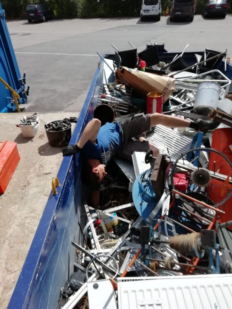 Pakohuone yrittäjä, romua roskiksesta