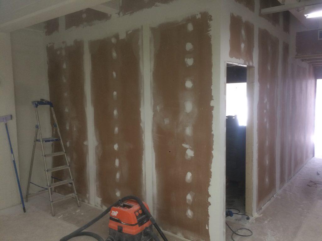 Pakohuoneen aula, seinät levytetty ja kitatty