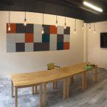 Pakohuoneen kokoustilat, seinällä tv ja akustiikkataulu